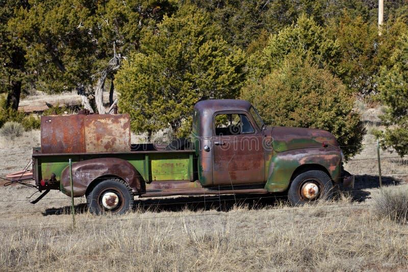 Vieux camion pick-up vert sur le ranch photo libre de droits