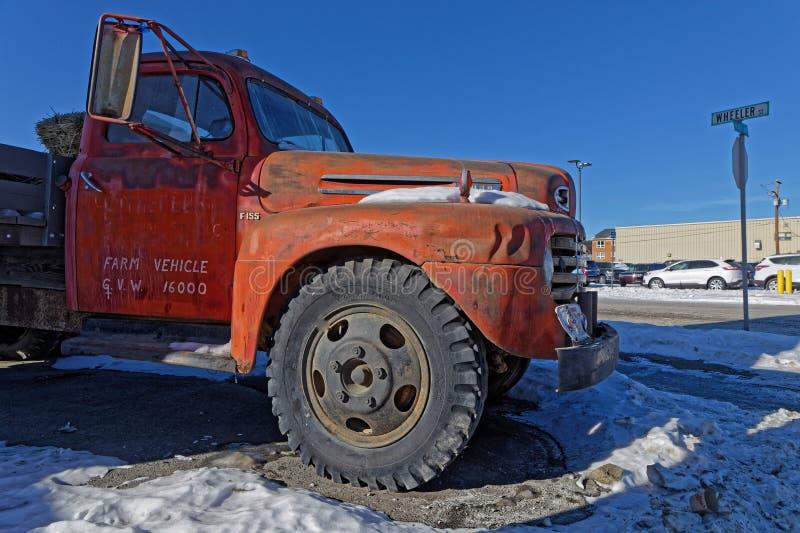 Vieux camion rouge comme décoration au carrefour image stock
