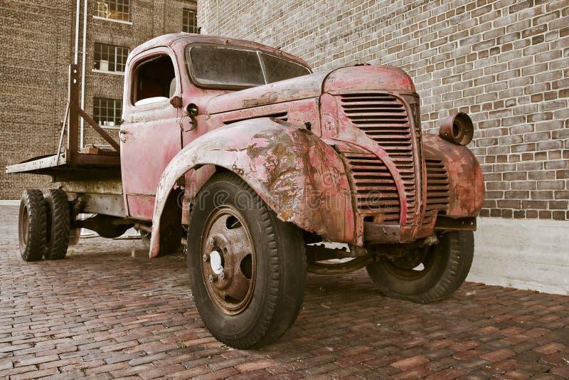 Vieux camion rouillé images stock