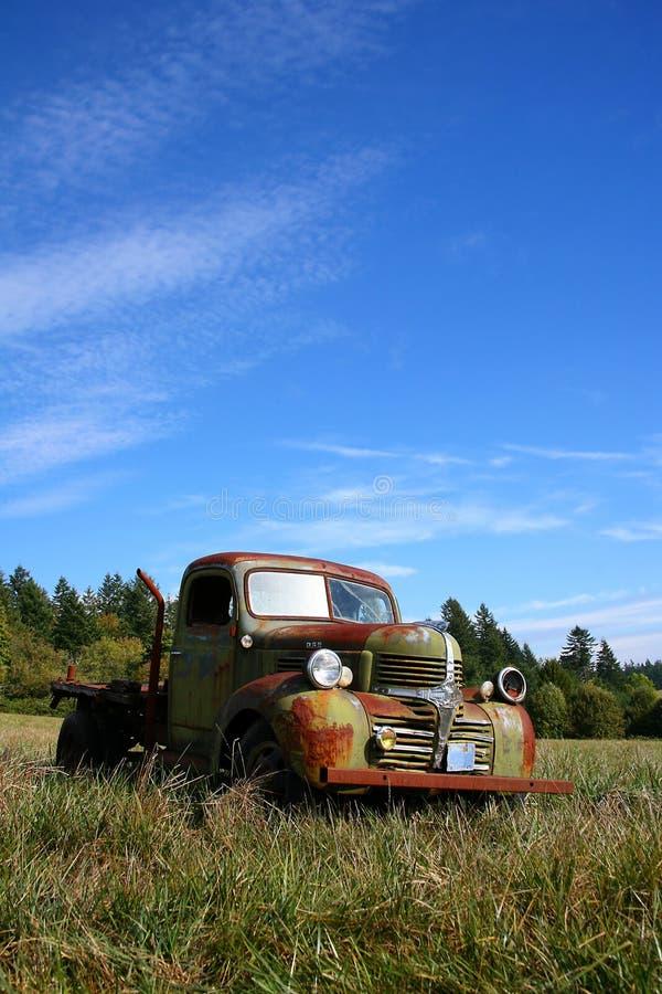 Vieux camion rouillé abandonné image libre de droits
