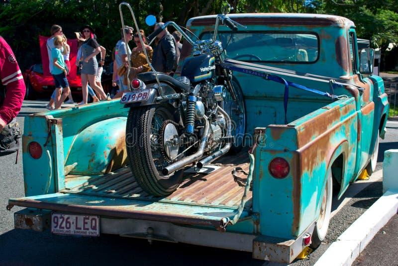 Vieux camion rouillé de Ford Pickup avec Harley Davidson Sportster sur le plateau photographie stock libre de droits