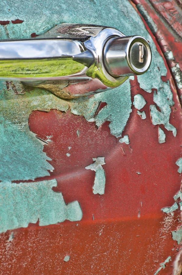 Vieux camion rustique avec la peinture d'épluchage photo libre de droits