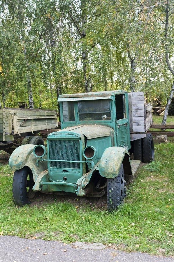 Vieux camion vert rouillé abandonné images libres de droits