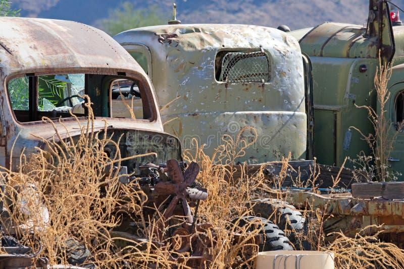 Vieux camions abandonnés se reposant côte à côte dans la cour de chute photographie stock
