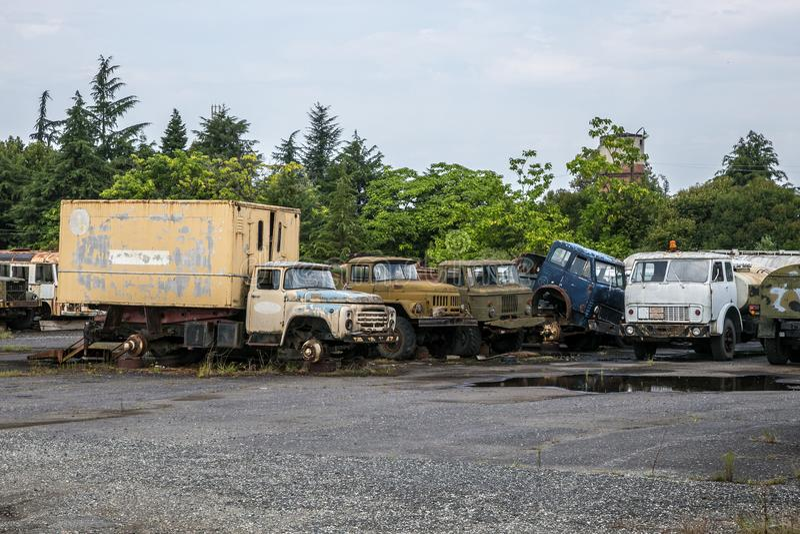 Vieux camions rouillés à la zone industrielle abandonnée Entrepôt de ferraille rouillé de camions images libres de droits