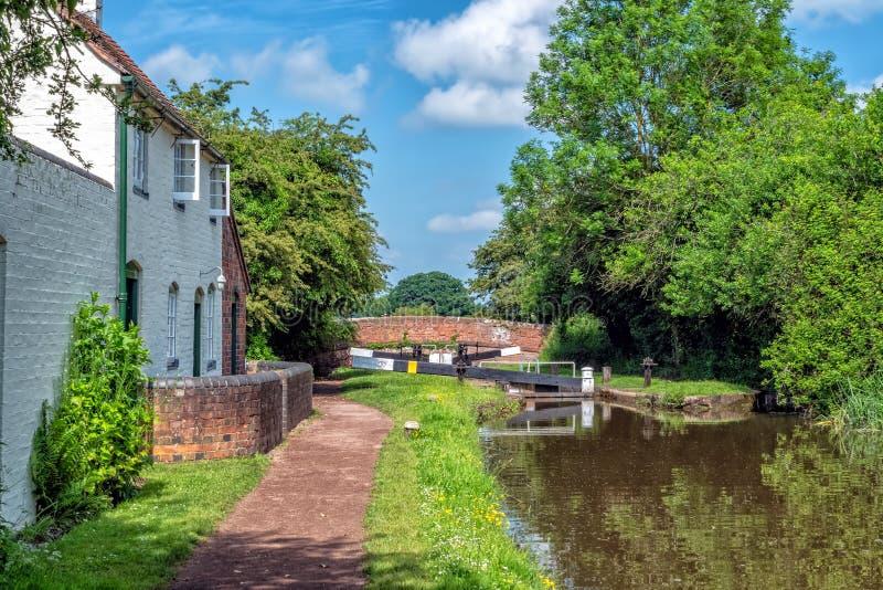 Vieux canal de cottage, de Worcester et de Birmingham de gardiens de serrure, Worcestershire images libres de droits