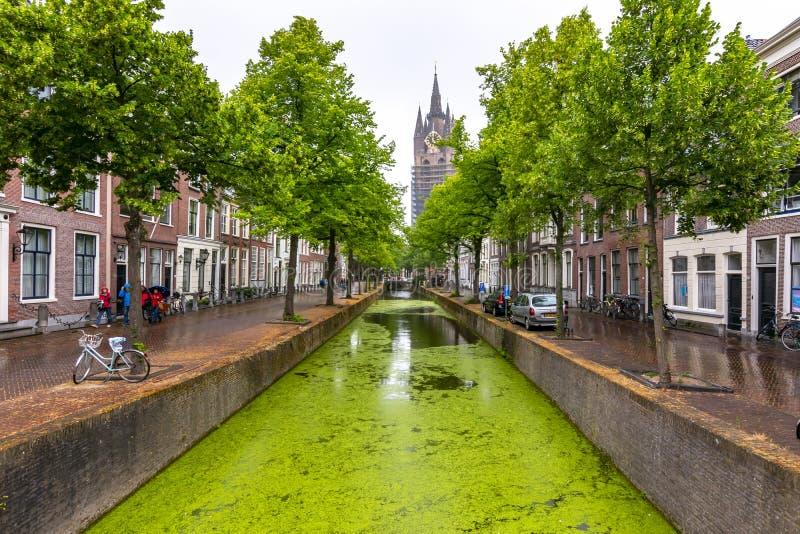 Vieux canaux d'église Oude Kerk et de Delft, Pays-Bas photo libre de droits
