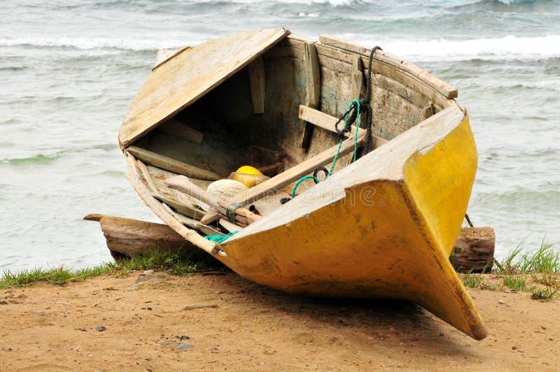 Vieux canoë en bois sur la plage photo libre de droits