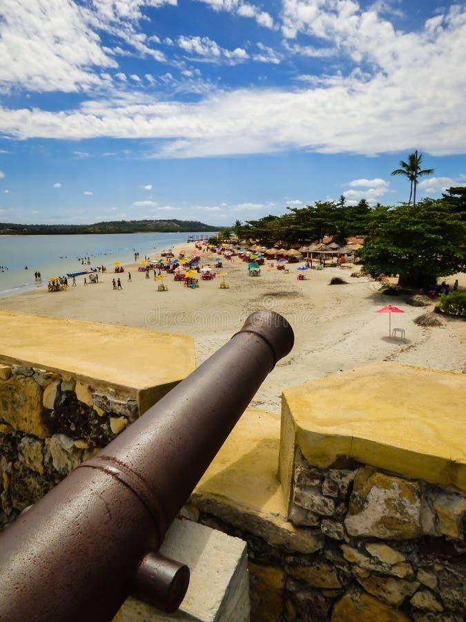 Vieux canon à l'intérieur de Santa Cruz Fort, plage orange au-dessous - d'île d'Itamaraca, Brésil image stock