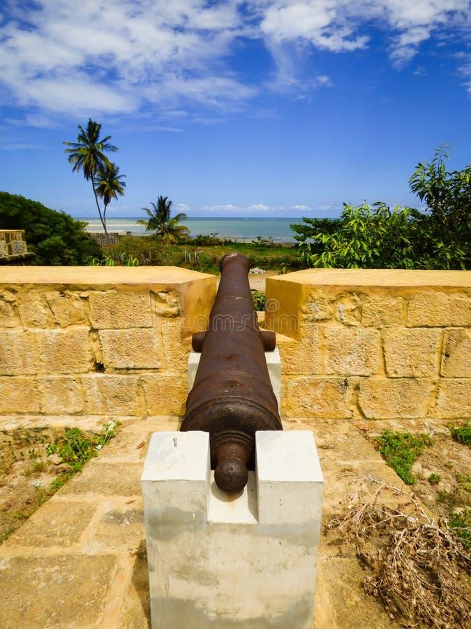 Vieux canon à l'intérieur de Santa Cruz Fort sur l'île d'Itamaraca, Brésil images libres de droits