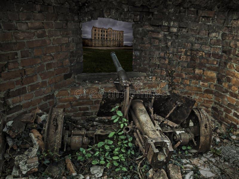 Vieux canon de grande guerre mondiale de temps dans les ruines images libres de droits