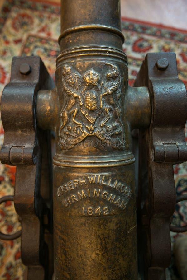 Vieux canon en bronze dans un magasin d'ordure photo libre de droits