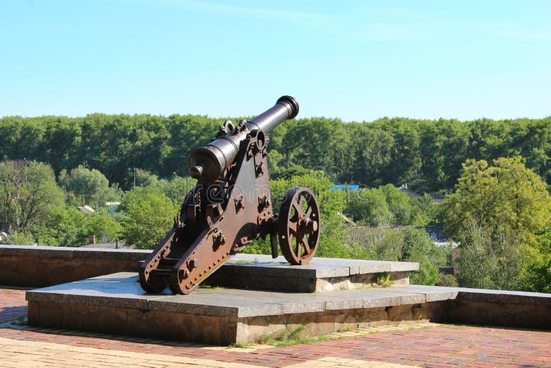 Vieux canon en parc de Chernihiv photo stock