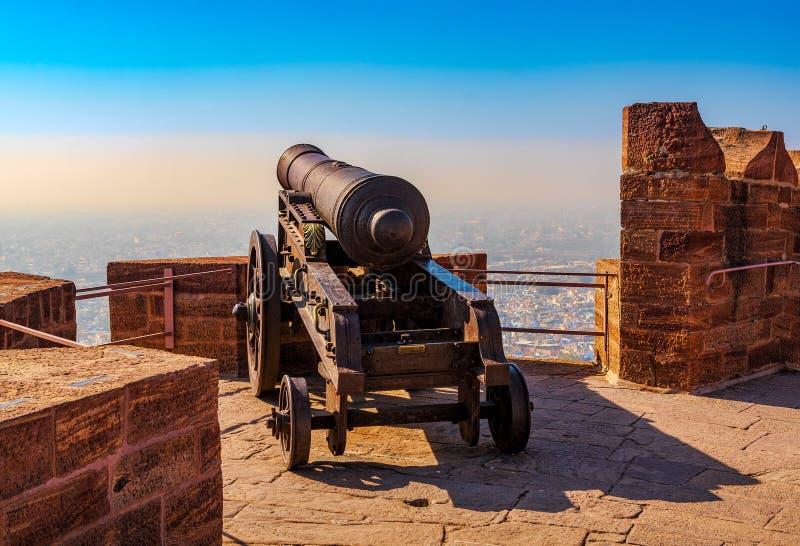 Vieux canon historique sur le mur de forteresse du fort de Mehrangarh dedans image libre de droits