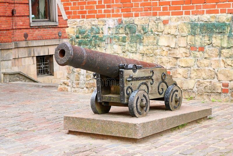 Vieux canon massif de fer dans la vieille ville de Riga image libre de droits