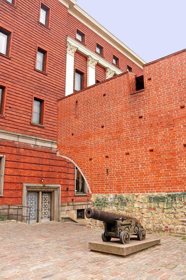 Vieux canon massif de fer dans la vieille ville de Riga, Lettonie image stock