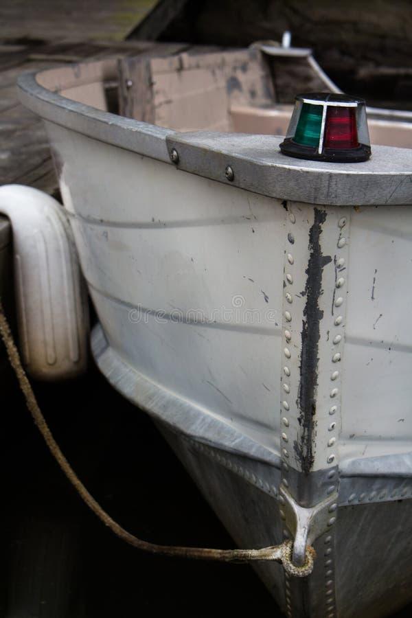 Vieux canot automobile accouplé dans le lac images stock