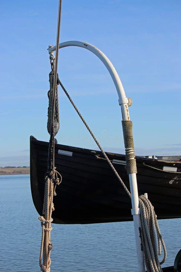 Vieux canot de sauvetage en bois sur des daviers photographie stock