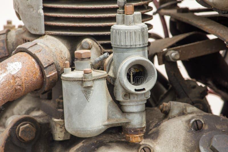 Vieux carburateur dans le moteur d'une voiture ancienne photographie stock
