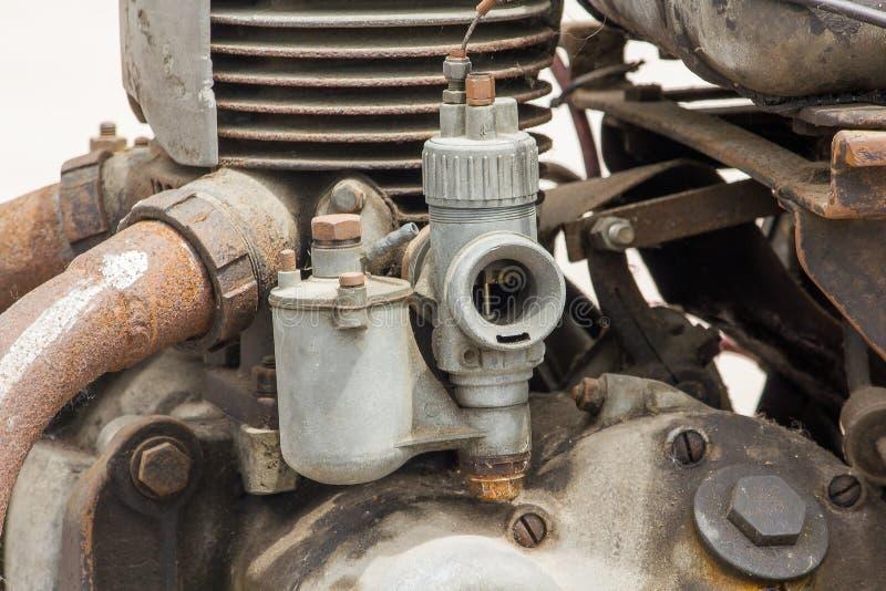 Vieux carburateur dans le moteur d'une voiture ancienne photo stock