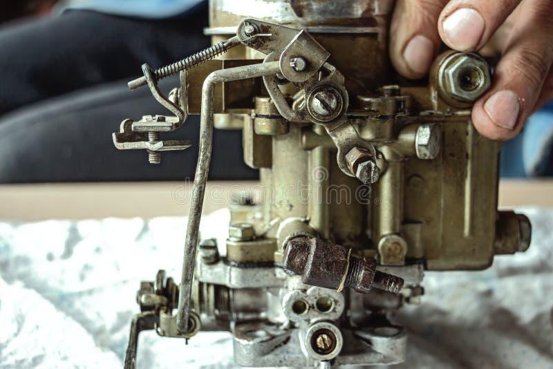 Vieux carburateur sur la table photo libre de droits