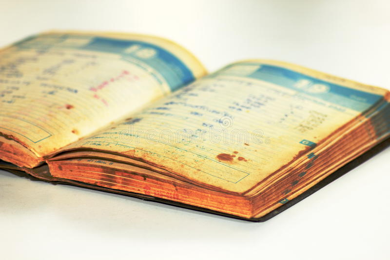 Vieux carnet ouvert utilisé sur le blanc photos stock
