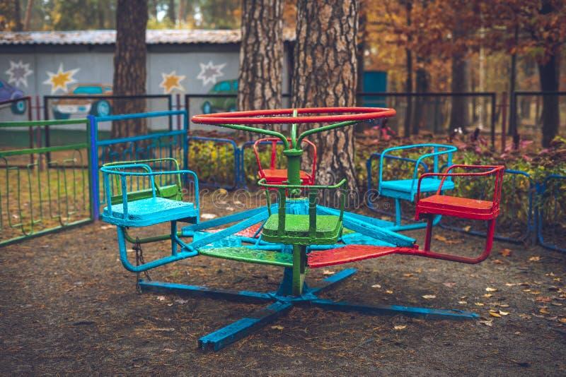 Vieux carrousel dans un parc d'attractions à la fin de l'automne images libres de droits