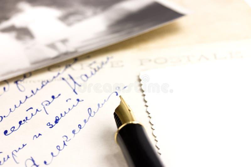 Vieux carte postale et crayon lecteur image stock