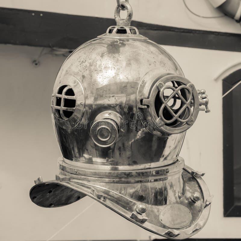 Vieux casque de cuivre de plongée photos stock