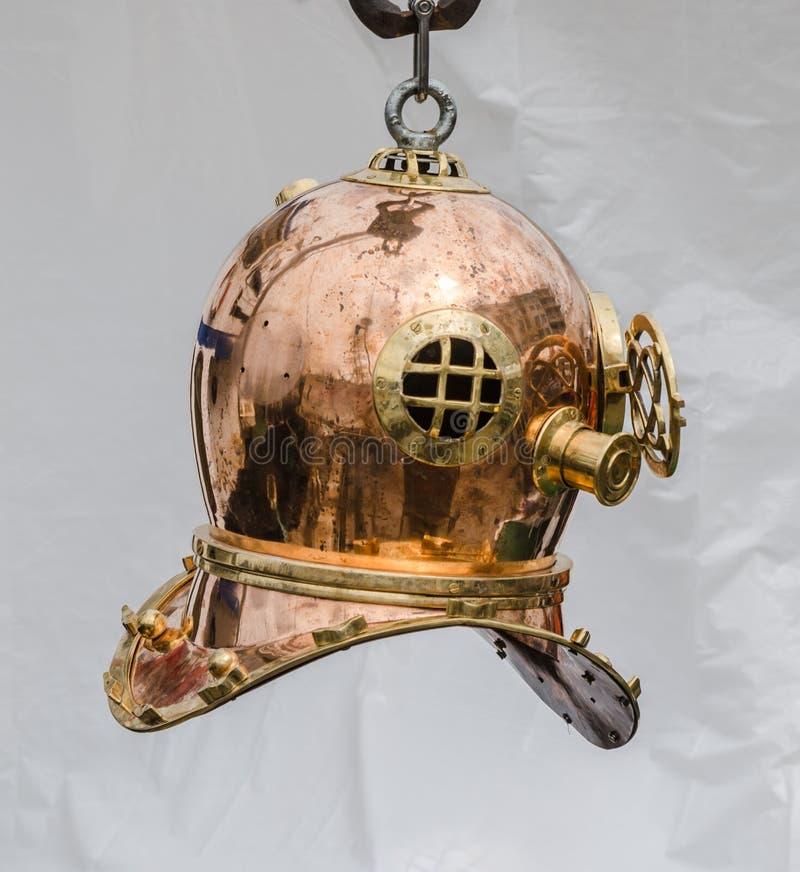 Vieux casque de cuivre de plongée, plan rapproché image stock