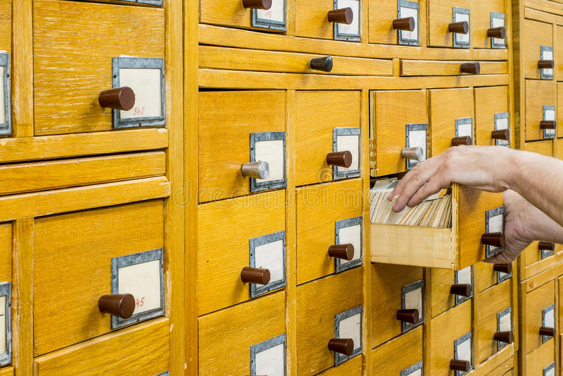 Vieux catalogue de carte en bois dans la bibliothèque images stock