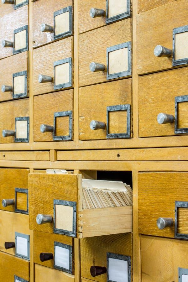 Vieux catalogue de carte en bois dans la bibliothèque images libres de droits