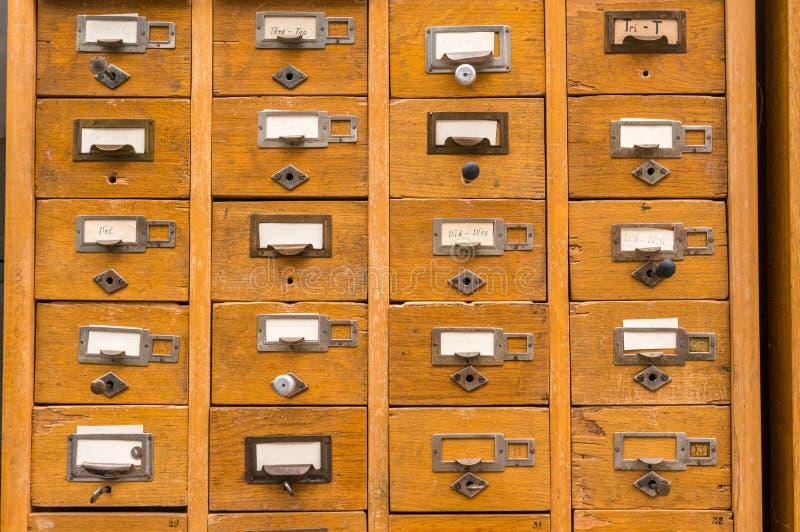 Vieux catalogue sur fiches en bois images stock