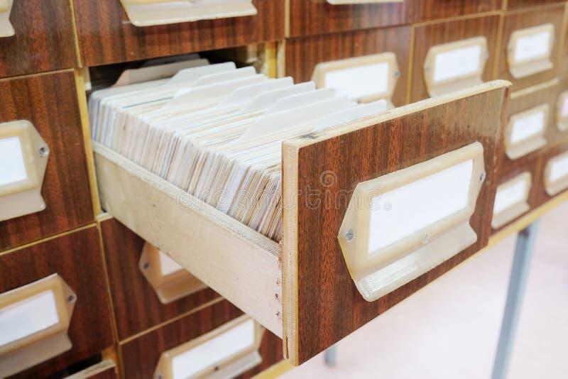 Vieux catalogue sur fiches en bois photos libres de droits