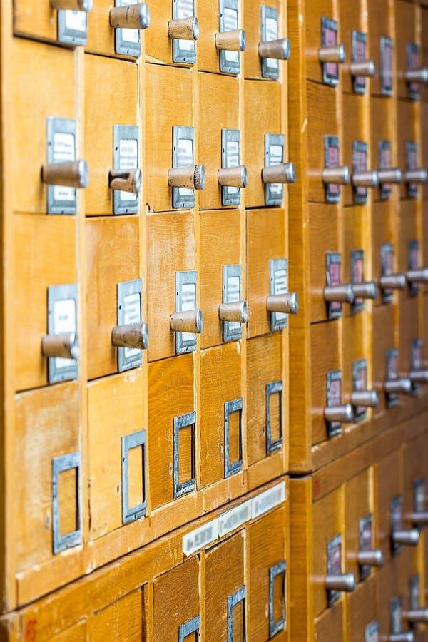 Vieux catalogue sur fiches en bois image stock