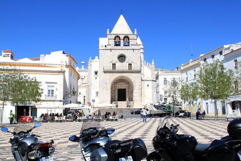Vieux cathédrale et grand dos de République dans Elvas images stock