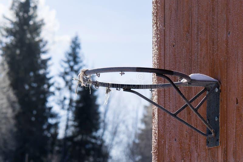 Vieux cercle de basket-ball sans grille pendant l'hiver photo libre de droits