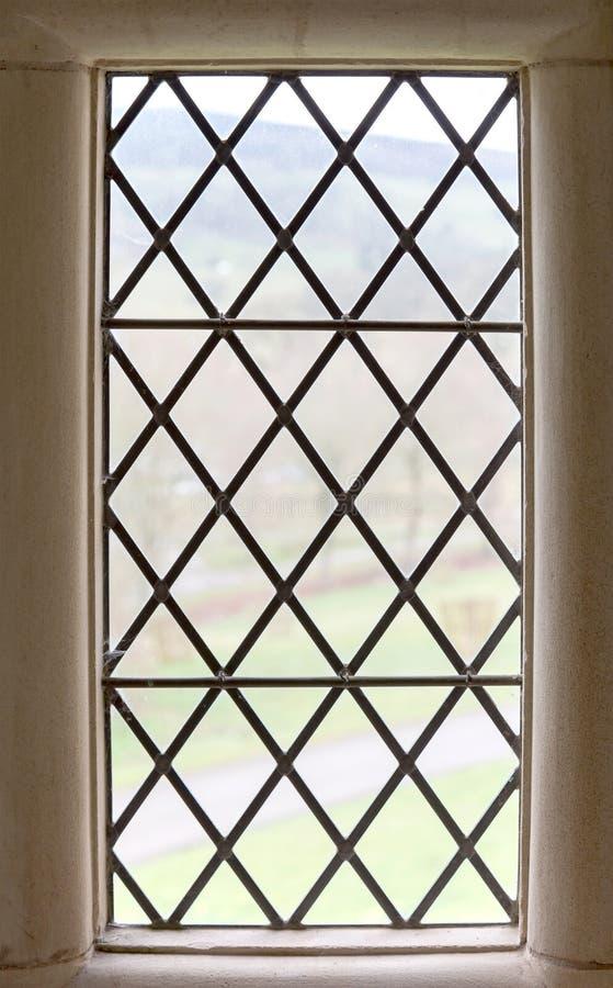 Vieux châssis de fenêtre en pierre images stock