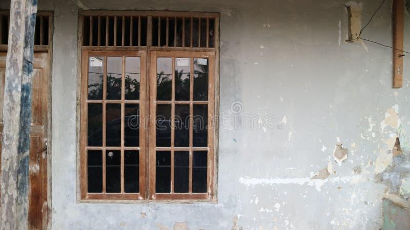 Vieux châssis de fenêtre sur le mur gris de fente photo stock