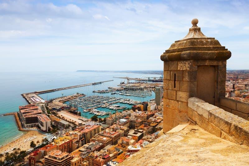 Vieux château au-dessus de port dans Alicante photographie stock