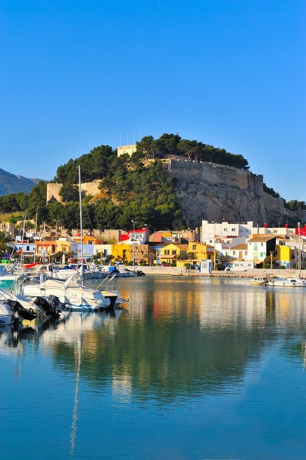 Vieux château dans une ville méditerranéenne et le port photographie stock libre de droits