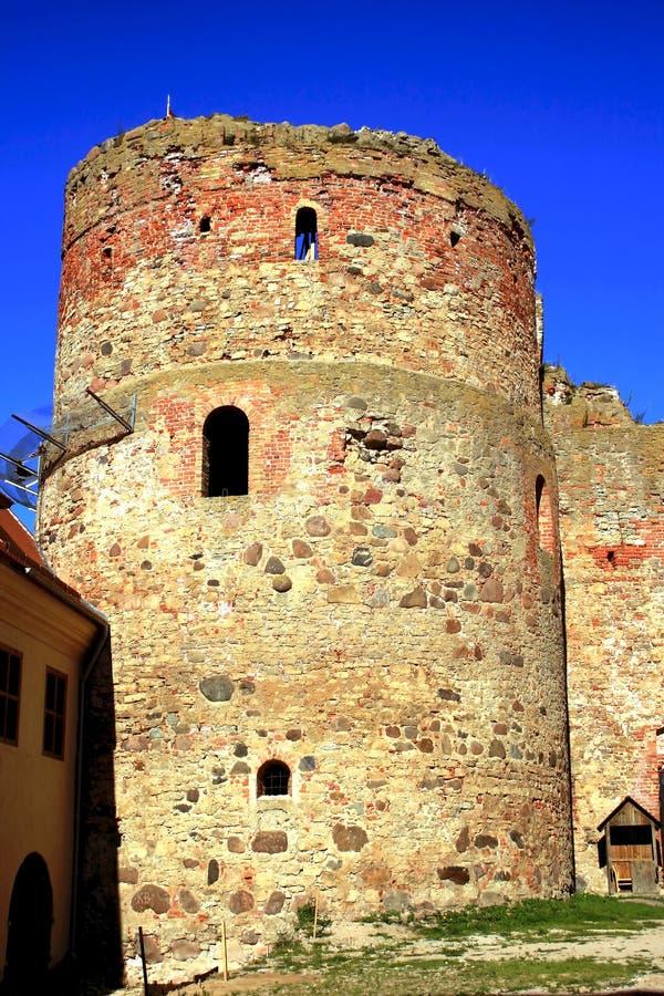 Vieux château de tour en ville Bauska images libres de droits
