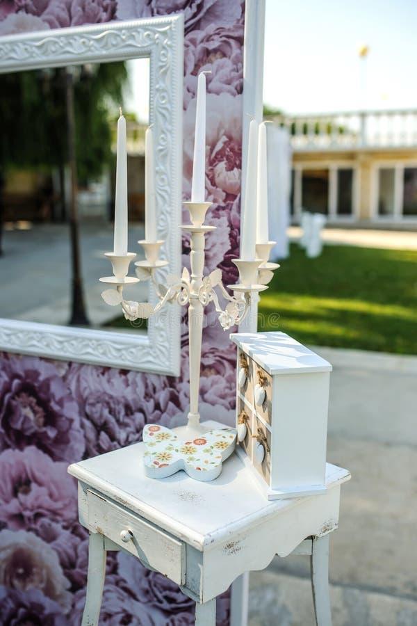 Vieux chandelier blanc avec la bougie photographie stock libre de droits