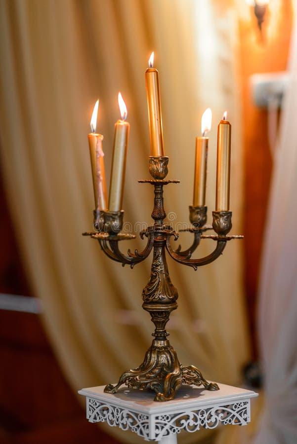 Vieux chandelier brûlant de bronze d'argent de vintage de bougie photo libre de droits