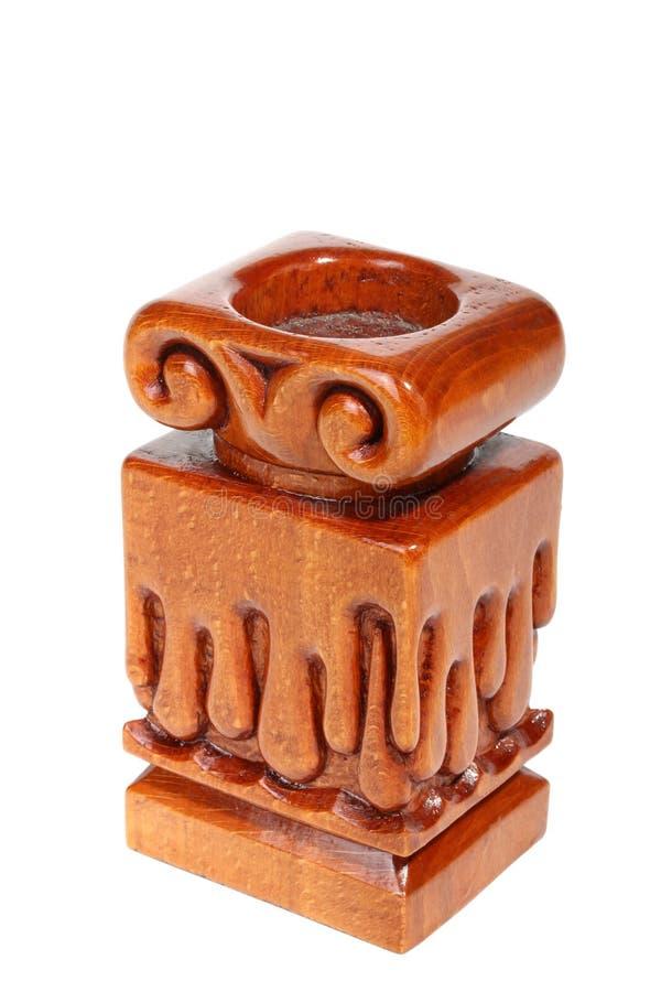 Vieux chandelier en bois brun simple sans bougie avec les gouttelettes découpées sous la forme de cire fondue blanc d'isolement p photo stock