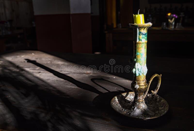 Vieux chandelier illumin? par lumi?re du soleil photos libres de droits