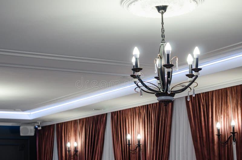 Vieux chandelier noir image stock