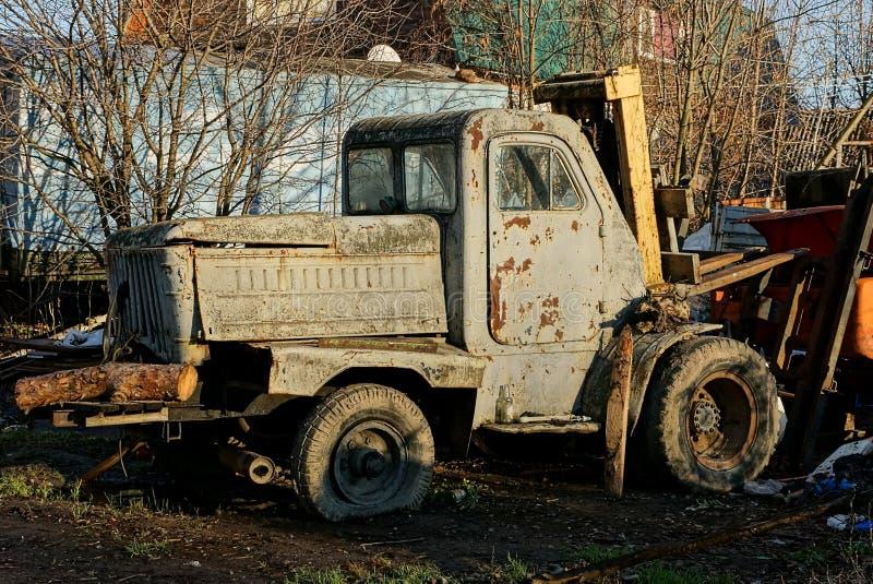 Vieux chargeur rouillé de roue dans la cour sur la rue photographie stock libre de droits