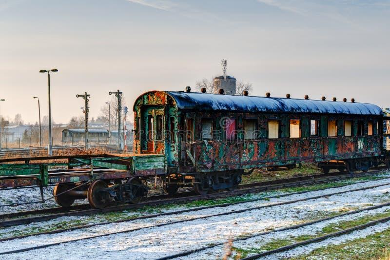 Vieux chariot abandonné image stock