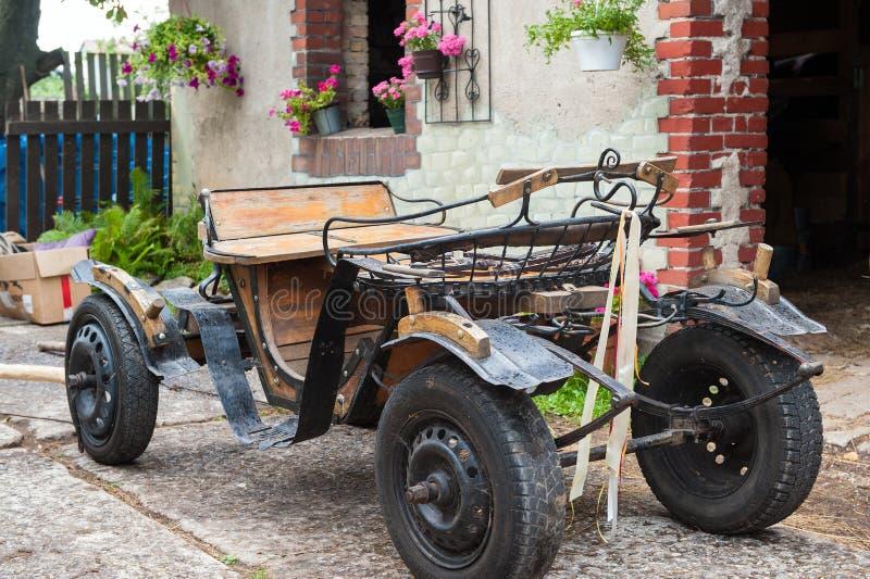 Vieux chariot avec devant une vieille grange photographie stock libre de droits